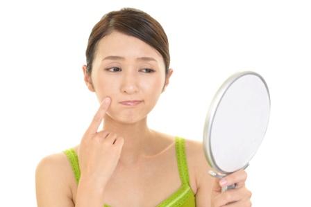 肌の皮むけの原因とニキビとの関係